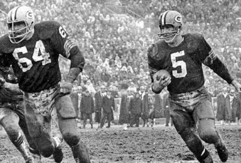jerry-kramer-leads-paul-hornung-on-the-famous-packers-sweep-640x433